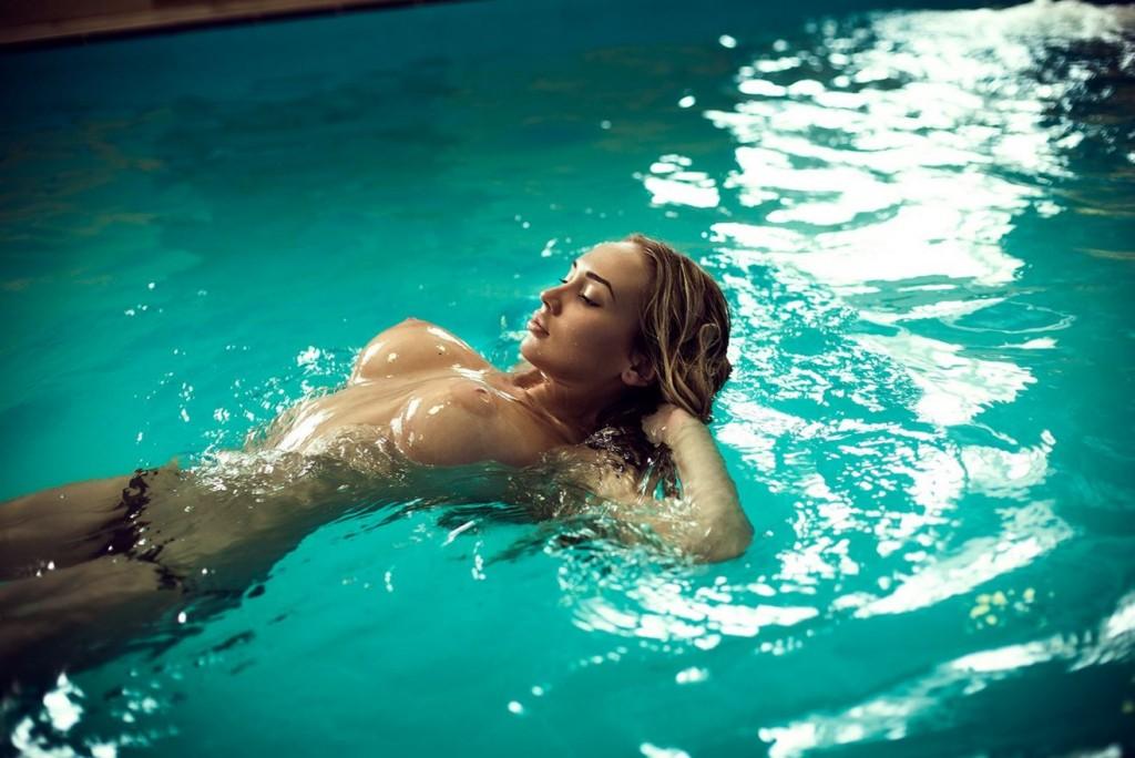 сиськи в бассейне фото