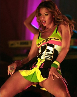 Beyonce Upskirt Live (via r/BeyoncePics)