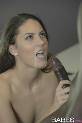 Carolina Abril with a mouthful { x-post r/damngoodinterracial/ }
