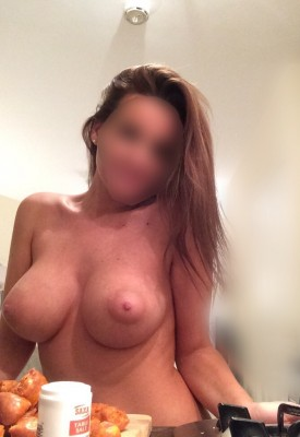 More big tits wifey in the kitchen ;)