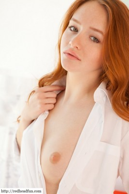 Stunning sexy redhead (x-post from /r/OneInOneOut)