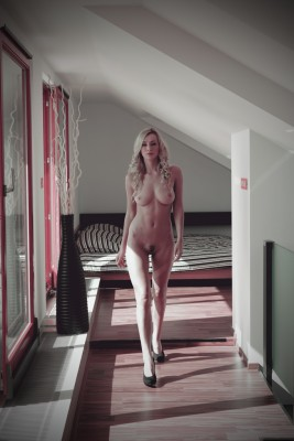 Elegant naked strut