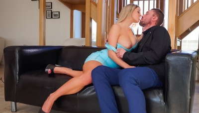 Blonde bombshell Sienna Day will get rammed by means of massive cock !