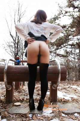 Flashing her ass in the park