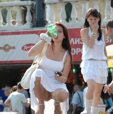 фото девушка на корточках в юбке без трусиков с мороженым