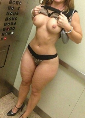 MILF flashing in the lift