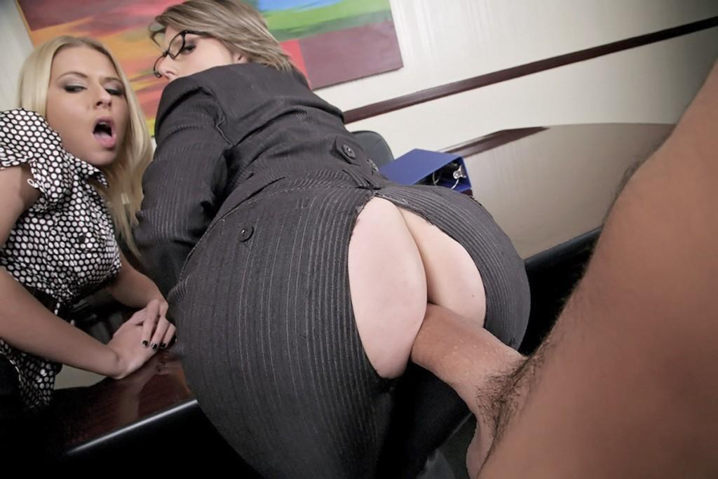 Секретаршу с большой жопой трахается