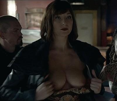 "Isidora Goreshter flashes the plot in ""Shameless"""