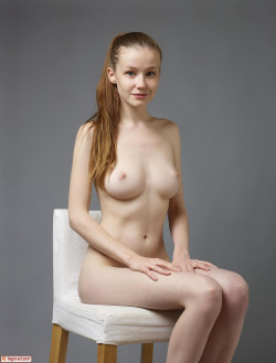 Emily Bloom posing-naked: