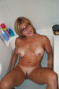 Fit mom in the tub