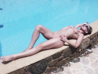 Kate Hudson Flaunts In Bikini
