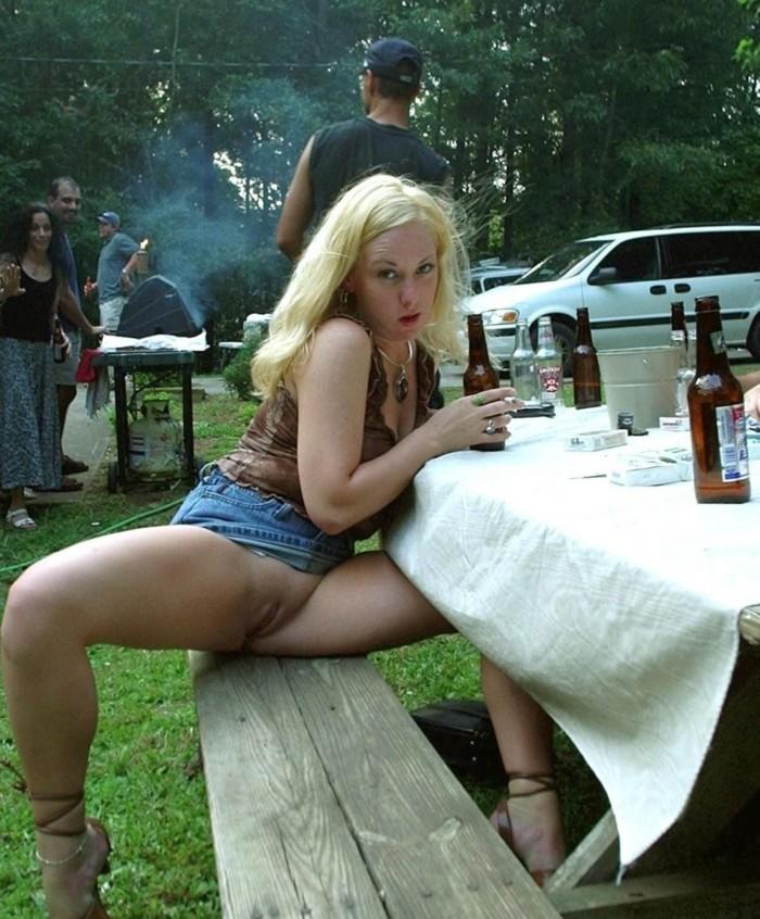 Порно пришла на пикник в короткой юбке