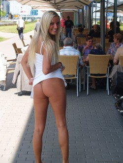 Mooning Outside Restaurant [IMG]