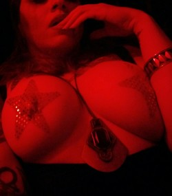 Back with the red light and missing my (f)riends on r/gonewild!