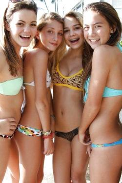 Cuatro diminutos bikinis