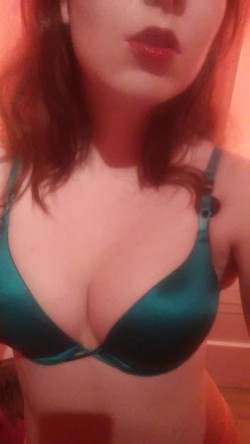 (F)inally a pretty little thing in emerald green...;)