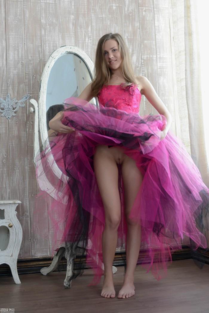 девушка в платье без трусиков
