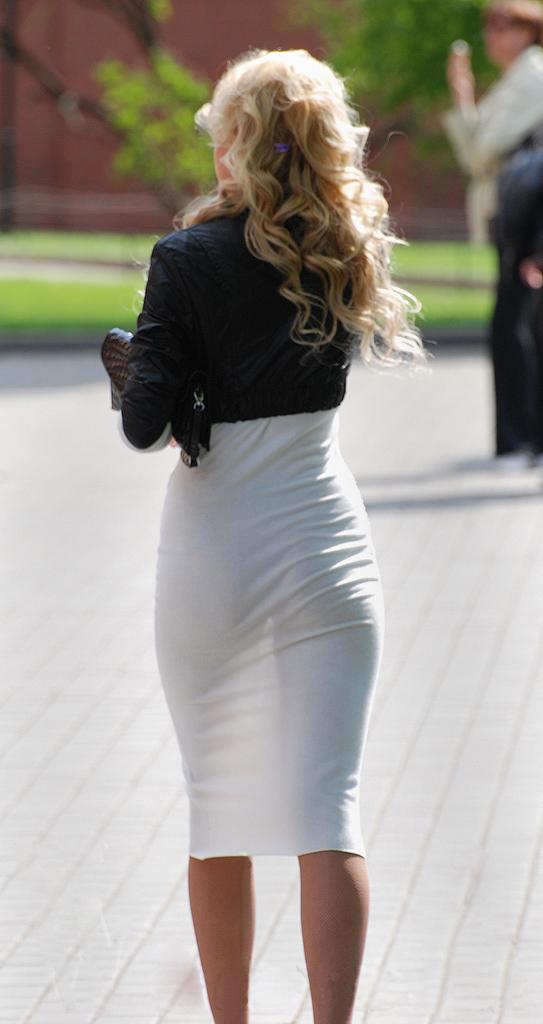 В прозрачном платье попа