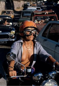 Riding a bike in Saint-Tropez - 1979 (xpost /r/OldSchoolCool)