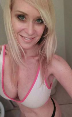 Sexy white MILF