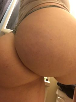Who needs to pack when I can take pics of my butt? (F)