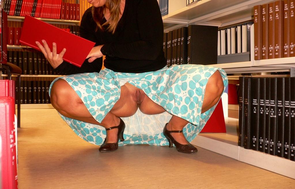 трусики под юбкой в библиотеке что был