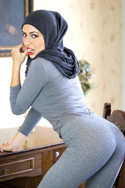 Hijabi ass in yoga pants