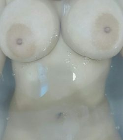 I loove hot baths but the water can never cover my tits :T