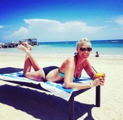 Real mom beachside (NN)