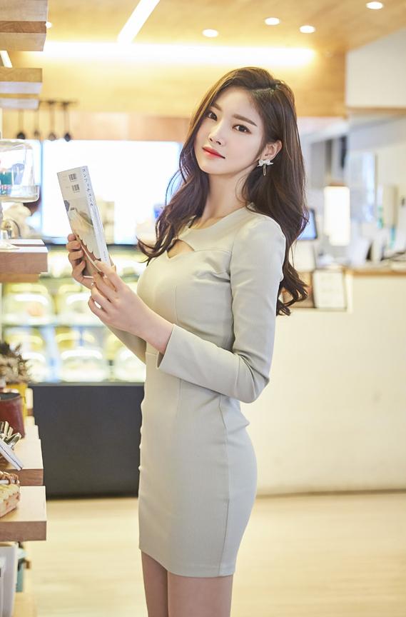 Asian babe shopping