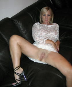 MILF spreading on leather couch