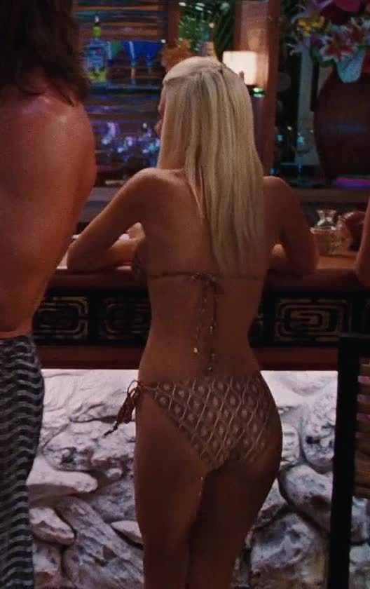 Uncredited background plot in Couples Retreat