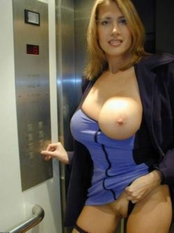 Gorgeous mom in the Elevator [IMG]