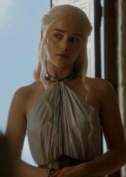 Emilia Clarke's seductive gaze in 'Game of Thrones'